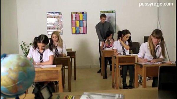 ุคุณครูหนุ่มแอบแต้ะอั๋งนักเรียนหลังห้อง นมอย่างโตเลย แม่งนมใหญ่จริงๆporn เย็ดกันซะแล้ว