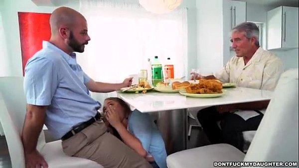 XNXX แอบเย็ดเพื่อนผัว นั่งชักว่าวให้ที่โต๊ะกินข้าวไม่เห็นเลยหรอเนี่ย