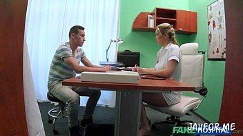 พยาบาล xxx จับคนไข้ชักว่าว วิธีนี้แหละได้ผลจับคนไข้เย็ดแม่งเลย ให้เย็ดหีฟรี