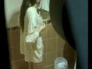 แอบถ่ายดารานักร้องทีเด็ด น้องโฟร์มด อาบน้ำแม้งมีมือดีปันกำแพงเห็นยันหีเลย