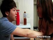 หนังโป๊เกาหลี เพื่อนสาวบุกคอนโดแม้งลวนลามจับควยจนผู้ชายเงี่ยน ควยแข็งที่ละมีเสียวกันบ้างหละครับ