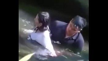 แอบถ่ายผัวเมียเย็ดกันที่ริมน้ำแตก เย็ดในน้ำแบบเงียบๆ แถมแอบสอดส่องว่ามีใครแอบถ่ายคลิปเย็ดกันอยู่มั้ย