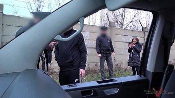 xxxหลอกเป็นตำรวจล้อคตัวสาวขึ้นรถก่อนลงมือผลัดกันเย็ดเห็นควยตำรวจเต็มๆ
