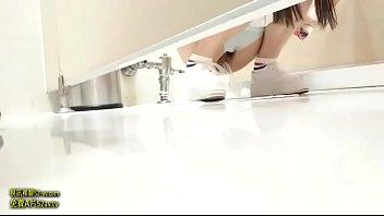 คลิปแอบถ่ายสาวน้อยวัยใส เข้าห้องน้ำนั่งฉี่ โดนโรคจิตตามแอบถ่ายในประเทศเกาหลี