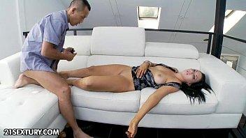 แอบลักหลับเมียเจ้านาย เมาไม่ได้สติก็โดนจัดไปดอกนึงหีหลวมแน่นอน xnxx
