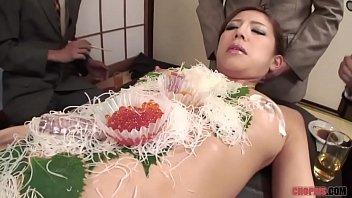 โคตรเด็ดกินซูชิบนตัวสาวร่างสวย เด็ดโคตรๆเนื้อแน่นๆเลย นมกับหีกลิ่นโชยพร้อมกับซูชิแสนอร่อย