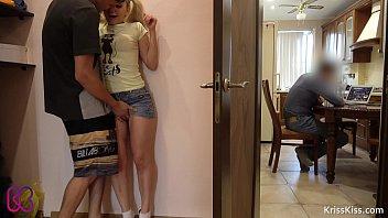 พี่ชายจอมเงี่ยนแอบจับจิ๋มน้องสาวจนเคลิ้มก่อนลากไปเย็ดบนห้องตัวเอง