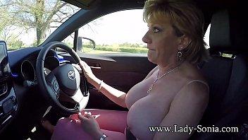 สาวแก่นมใหญ่ขับรถเปิดนมให้ผัวดูโคตรเร้าใจเลย โคตรร่านเลยอายุปานนี้แล้ว