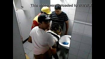 จับข่มขืนXXX โดนที่ห้องน้ำปั้ม กล้อวงจรปิดจับไว้ได้ สามหนุ่มอินเดียลงแขก หญิงเร่ร่อน