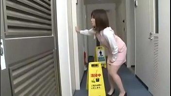 โป๊แนวข่มขืน AVโป๊ญี่ปุ่น สาวออฟฟิสติดใจพนักงานทำความสะอาด ข่มขืนลวนลามยังไงให้สาวสมยอม แอ่นหีให้เย็ดง่ายดายยังงั้น