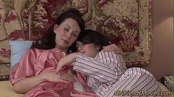 เลสเบี้ยนแม่ลูกนอนเงี่ยนกันสองคน ไปๆมาๆเอากันเองซะงั้น โดนคุณแม่สุดหื่นจับเบรินหีจนนหีไหลเยิ้ม เสียวมากกัดปากเอานิ้วแหย่รูช่วยตัวเองไปด้วย