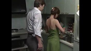 หนังเอ็กญี่ปุ่นออนไลน์ เพื่อนผัวเมาเหล้าเห็นเมียเพื่อนเพิ่งอาบน้ำเสร็จ นุ่งกระโจมอกออกมาเลย เห้นแล้วมันเงี่ยนควยซะจริงๆ