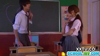 นักเรียนญี่ปุ่นนัดเย็ดกันหลังเลิกเรียน แอบมาจัดกันในห้องเรียนเลย จับถกกระโปรงเสียบหีเข้าอย่างแรง กระเด้าใส่รัวๆจนต้องร้องเสียว