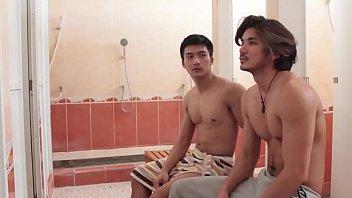 หนังโป๊เกย์ไทย นัดมาเย็ดกันในห้องอาบน้ำฟิตเนส หุ่นอย่างล่ำเลย แค่เห็นควยโด่ผ่านผัาขนหนูก็เงี่ยนแล้ว เลยขอจับซักหน่อยคลึงหัวจนน้ำเงี่ยนแฉะ