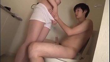 ดูหนังโป๊avhdฟรี ผัวเมียอยากเปลี่ยนประสบการณ์ไปเย็ดกันในห้องน้ำ จับเมียนั่งขย่มเย็ดบนชักโครกอย่างแรง หีฟิตจัดจนผัวเสียวควย ยืนเย็ดท่าหมาต่อเลย